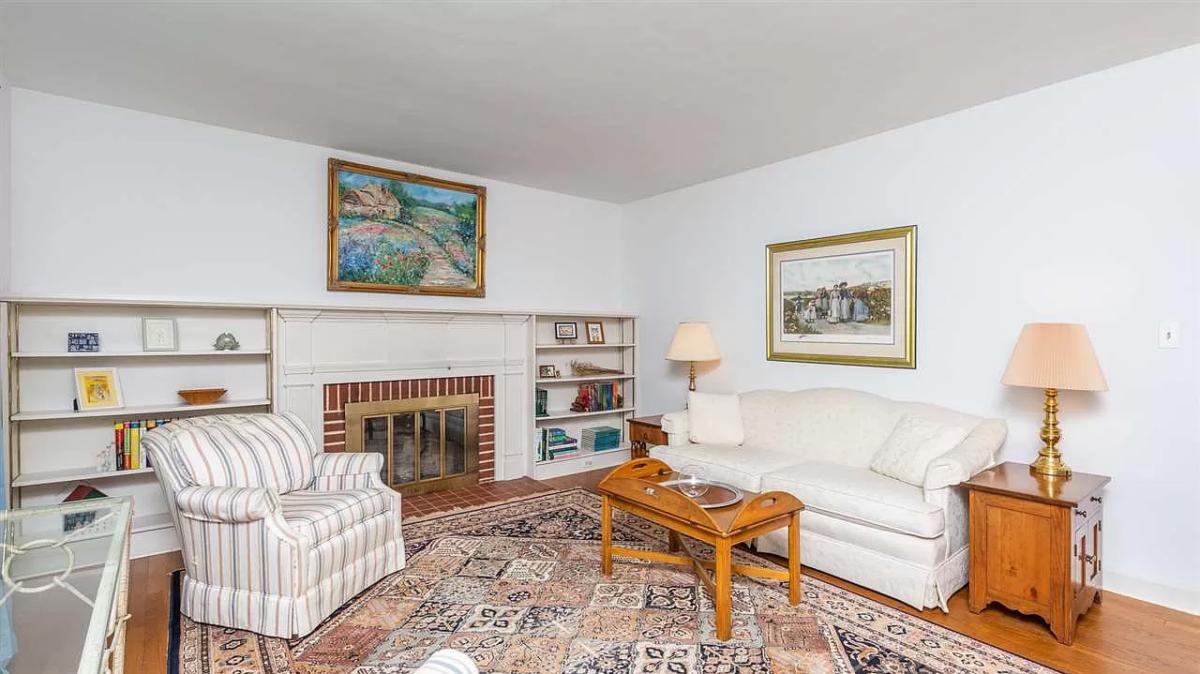 secret-garden-on-ridgeway-living room