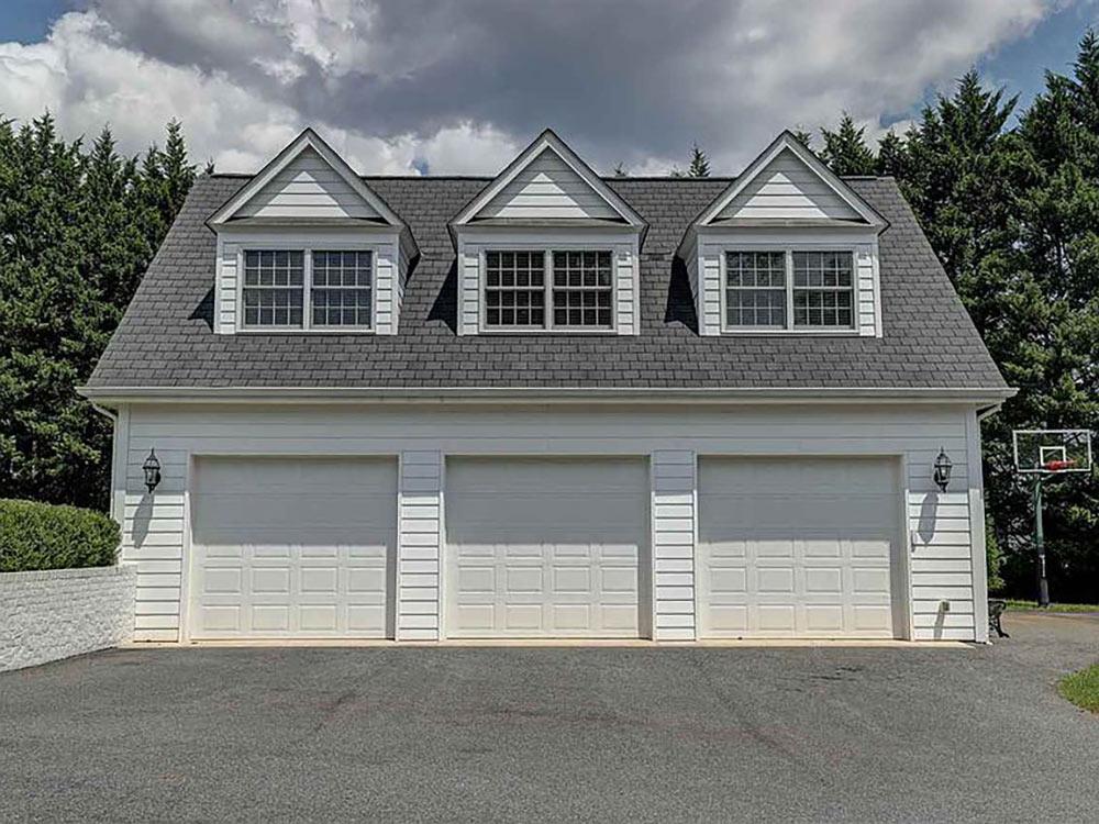 3 car garage with 2nd floor apratment